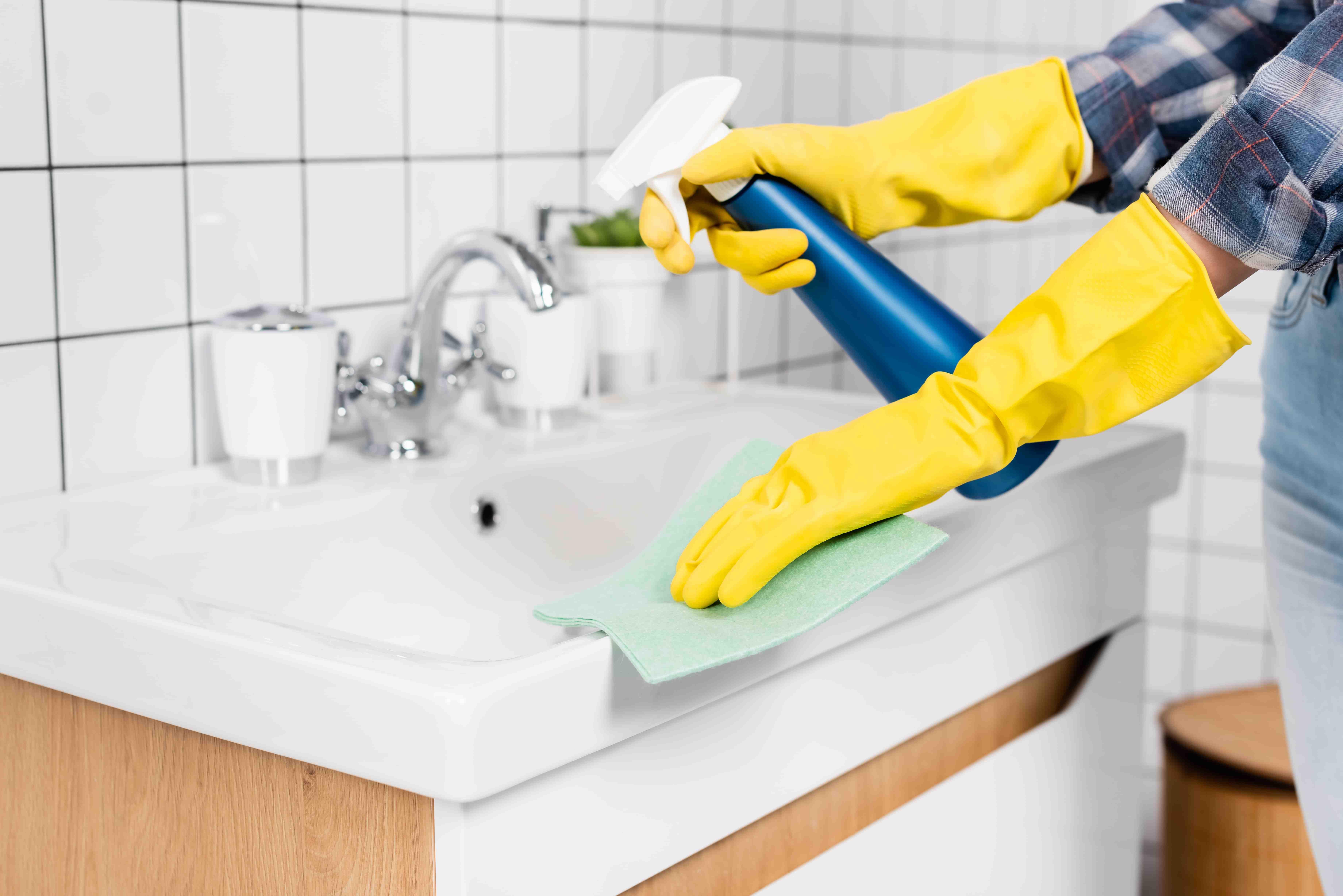 Nach dem Putzen strahlt das Bad nicht nur, auch Bakterien wurden entfernt.
