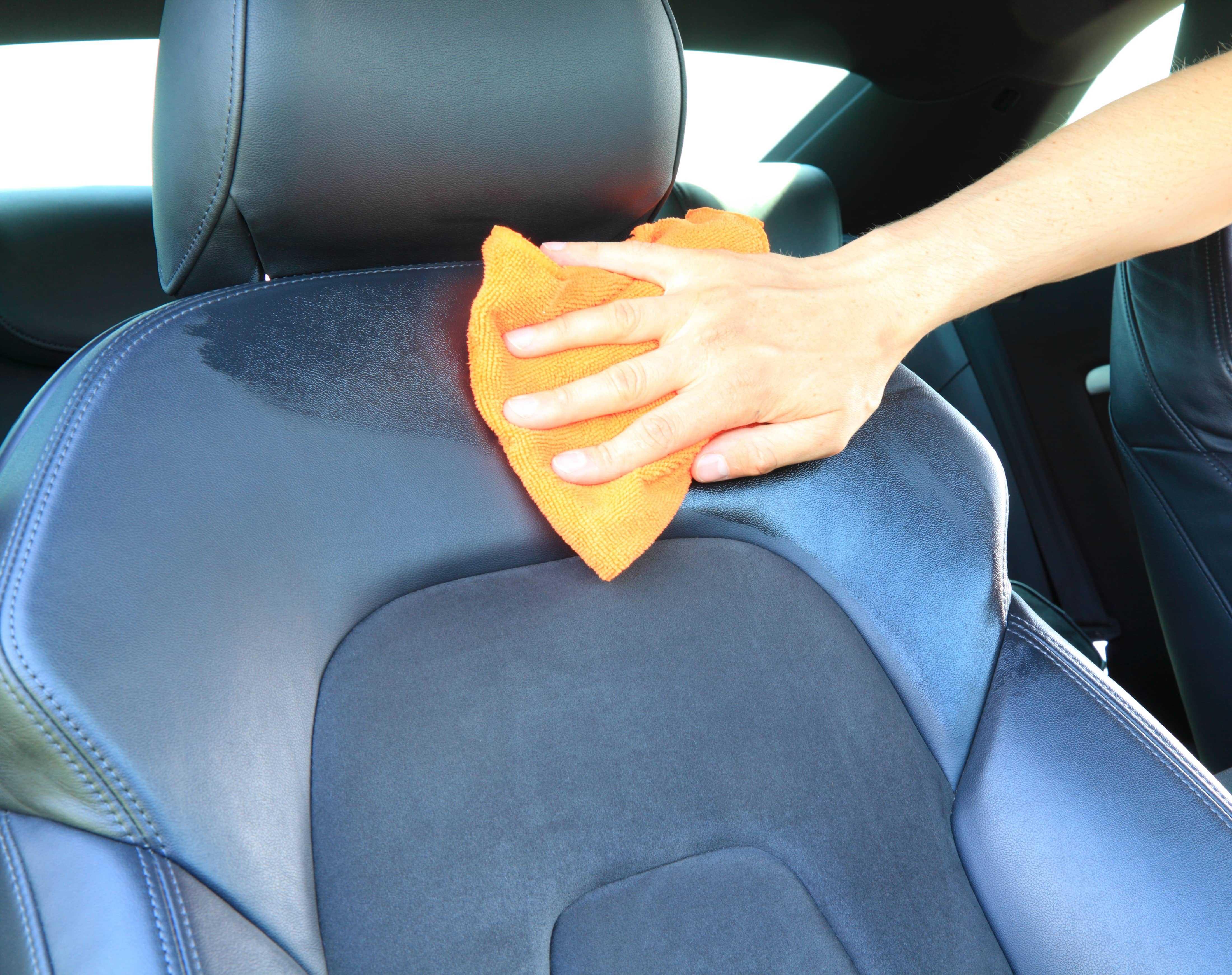Autositz mit einem leicht angefeuchteten Tuch abwischen